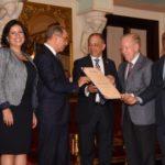 Presidente entrega Premio Nacional de Periodismo al comunicador Huchi Lora