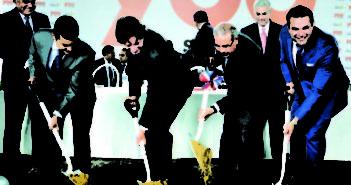 El-presidente-Danilo-Medina-dio-el-primer-palazo-de-la-obra-junto-a-ejecutivos-del-proyecto-780x450
